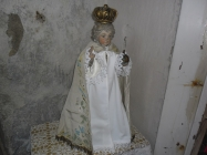 Nové šatičky pro pražské jezulátko v kostele Lenešice