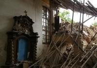 Vnitřek kostela Lenešice po zřícení